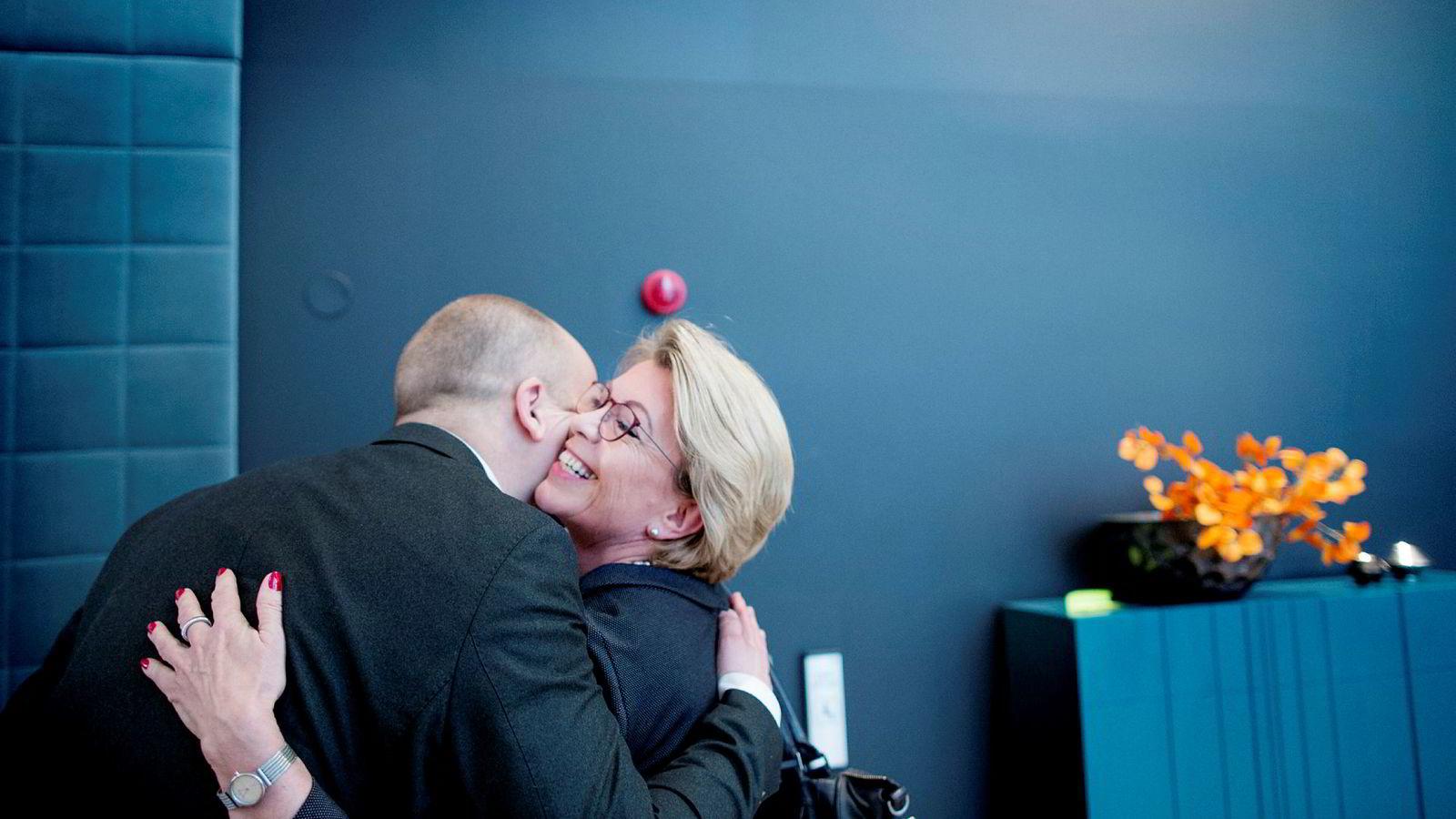 Tidligere Senterparti-leder og oljeminister Åslaug Haga, som her får en klem av partileder Trygve Slagsmål Vedum, vil ha en sluttdato for norsk olje og gass.