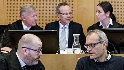Tidligere oljeselskapssjef Christian Selmer (foran til høyre) konfererte med sin advokat Morten Tidemann i Oslo tingrett i vår. Bak fra venstre: Advokat Bjørn Stordrange, tidligere TGS-finansdirektør Arne Helland og Advokat Eli Johanne Apold.