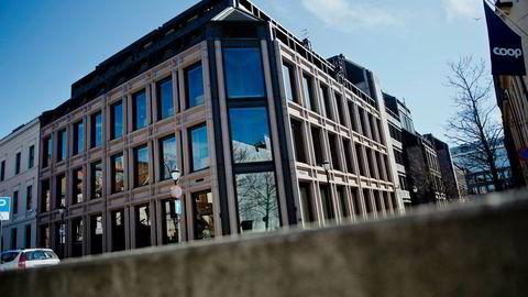 «Norges Bank har selv sagt at den enkelte ganger har lent seg litt mot vinden, i motsetning til Sveriges Riksbank, som nå holder negative renter for å få opp inflasjonen.Jeg mener strategien til Norges Bank virker fornuftig, skriver kronikkforfatteren.