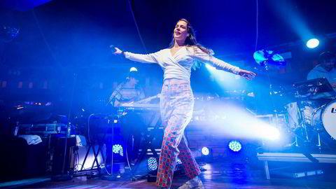 Anna of the North skulle egentlig opptre på Hove Music Festival neste uke. Agenten hennes Karsten Baugstø hadde likevel sikret at hun fikk forskuddsbetalt depositum.
