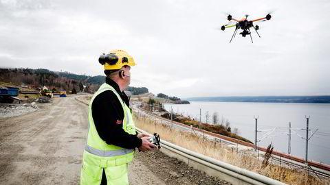 Modellflyentusiast Nils Peder Skogsrud (48) jobbet for Tine meierier før han fikk jobb som dronepilot hos gasellevinneren Maskinstyring. Alle foto: Per Thrana
