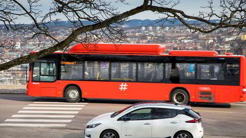 I mars var Nissan Leaf den soleklart mest populære bilen i Norge. Med fritak for avgifter, taper staten inntekter. Høyre vil ta det inn igjen på diesel- og bensinbiler.