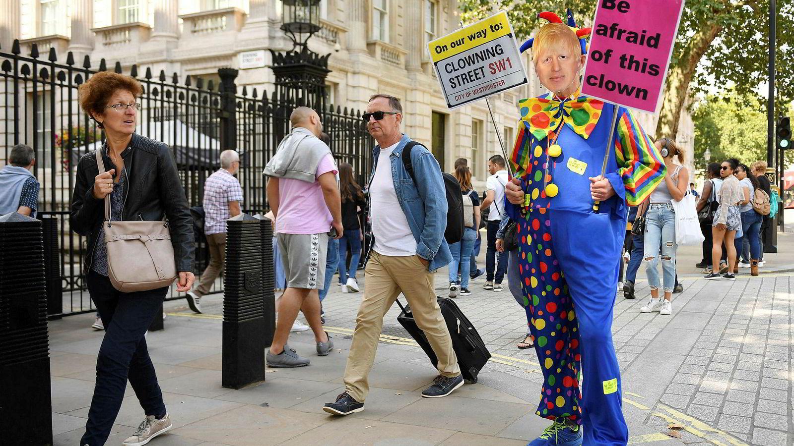 En demonstrant iført klovnekostyme og en Johnson-maske tok nylig oppstilling utenfor porten til statsministerboligen i Downing Street.
