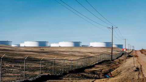 All lagringskapasitet er leid ut hos Enbridge. Istedet for å sende oljen til raffinering, velger mange oljeselskaper å lagre den ute på åkrene her i Cushing i Oklahoma i påvente av høyere priser. Alle foto: Johannes Worsøe Berg