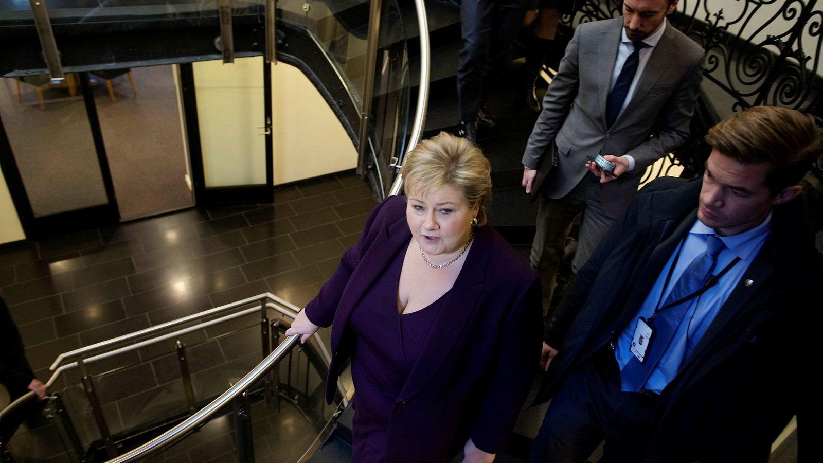 Statsminister Erna Solberg gikk fra møte til møte for å fikse budsjettkrisen fredag. Samtidig fikk Stortinget et nytt dokument som viser den egentlige krisen i budsjettet. Foto: