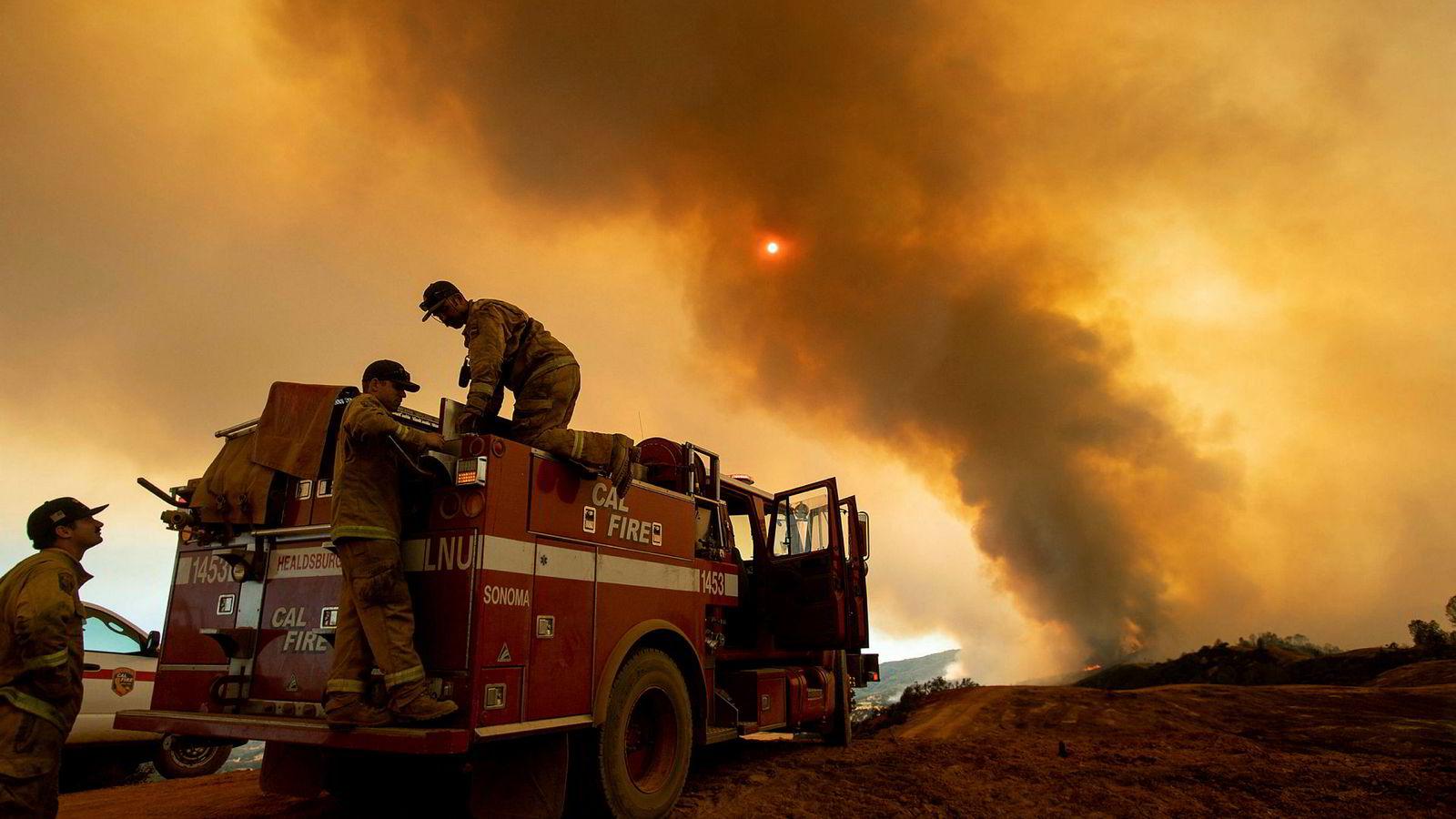 Over 14.000 brannmannskaper kjemper nå mot den rekordstore skogbrannen i California.
