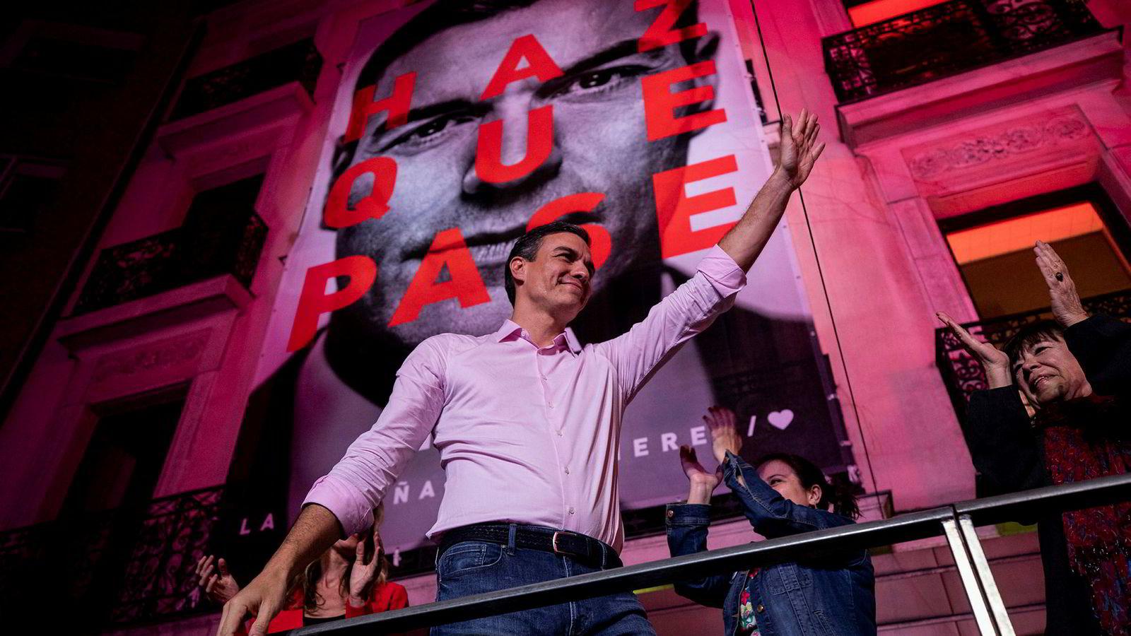 Spanias statsminister og leder av sosialistpartiet, Pedro Sanchez, vinker til tilhengere etter at valgseieren er klar.