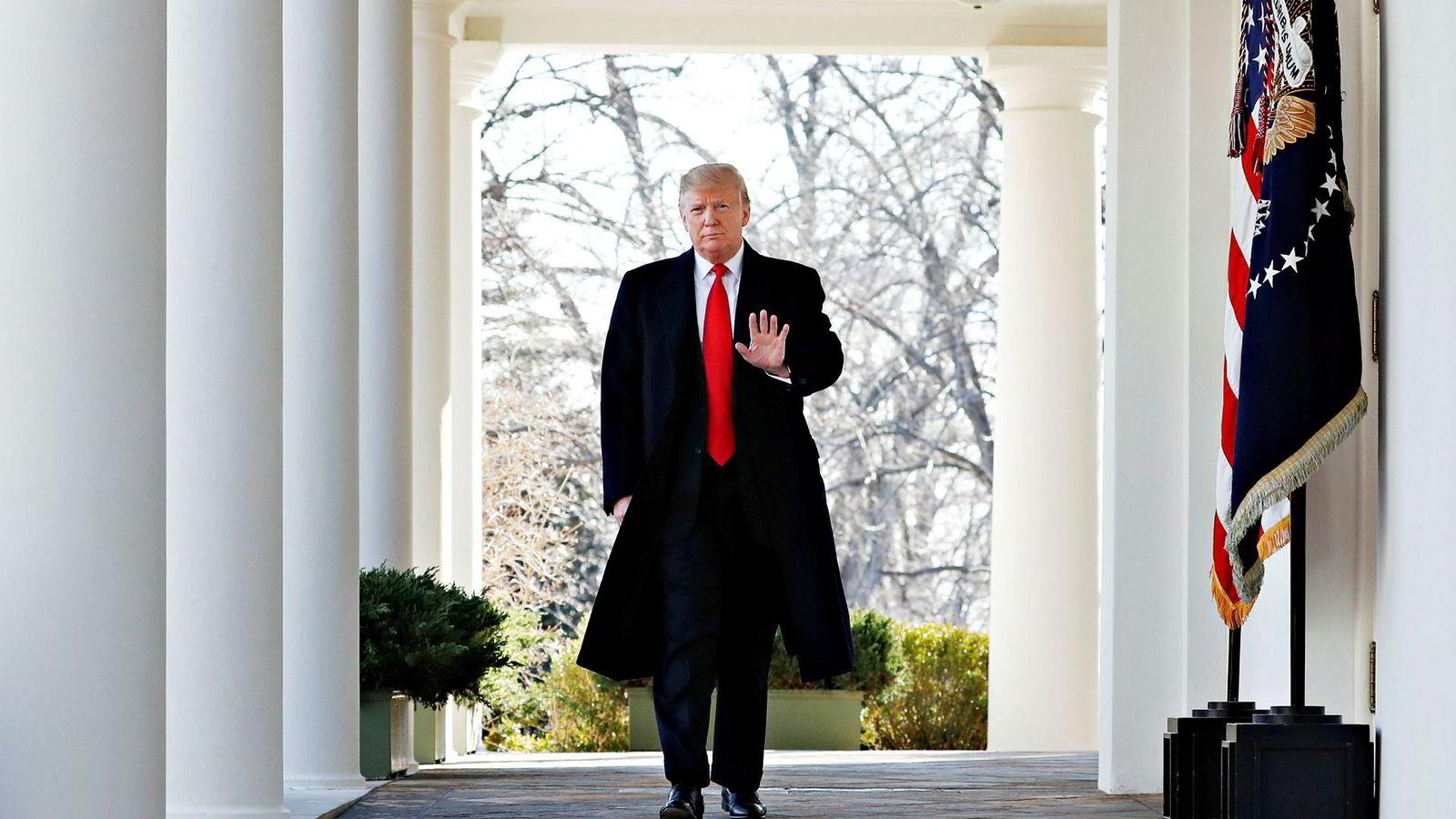 President Donald Trump går gjennom søylegangen utenfor det ovale kontoret. Demokratene begynner nå med å stille motkandidater til valget i 2020 i USA. Utfordrerne kan bli mange.