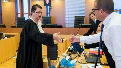 Forsvarer for Kjetil Sjursen, Ellen Holager Andenæs, hilser på statsadvokat Henrik Horn, som er en del av Økokrims lagoppstilling i retten. Delvis skjult bak Horn er Økokrims Jill Olsen og Håvard Kampen, som er aktor i saken.