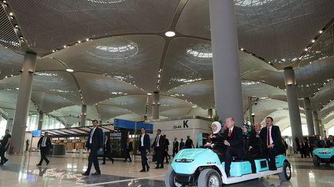 Tyrkias president Tayyip Erdogan, her sammen med sin kone Emine Erdogan, under åpningen av Istanbuls nye internasjonale flyplass, som skal bli verdens største.