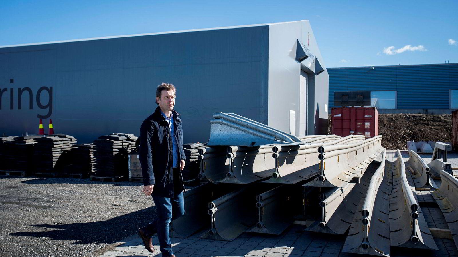 – Veksten er organisk, sier administrerende direktør Lars Dalgaard i Hallgruppen. Her er han foran en av plasthallene selskapet har produsert.