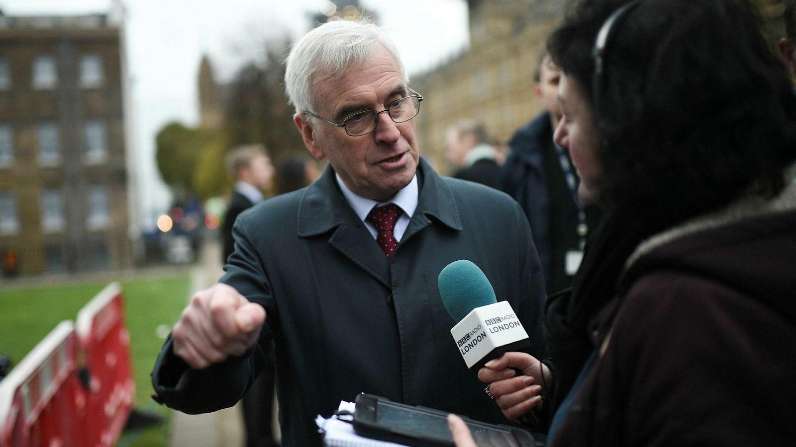Labours finanstalsmann John McDonnell sier til BBC at det er «svært sannsynlig» at både Labour og parlamentsmedlemmer fra andre partier vil støtte forslaget, som kommer fra Labours Yvette Cooper.