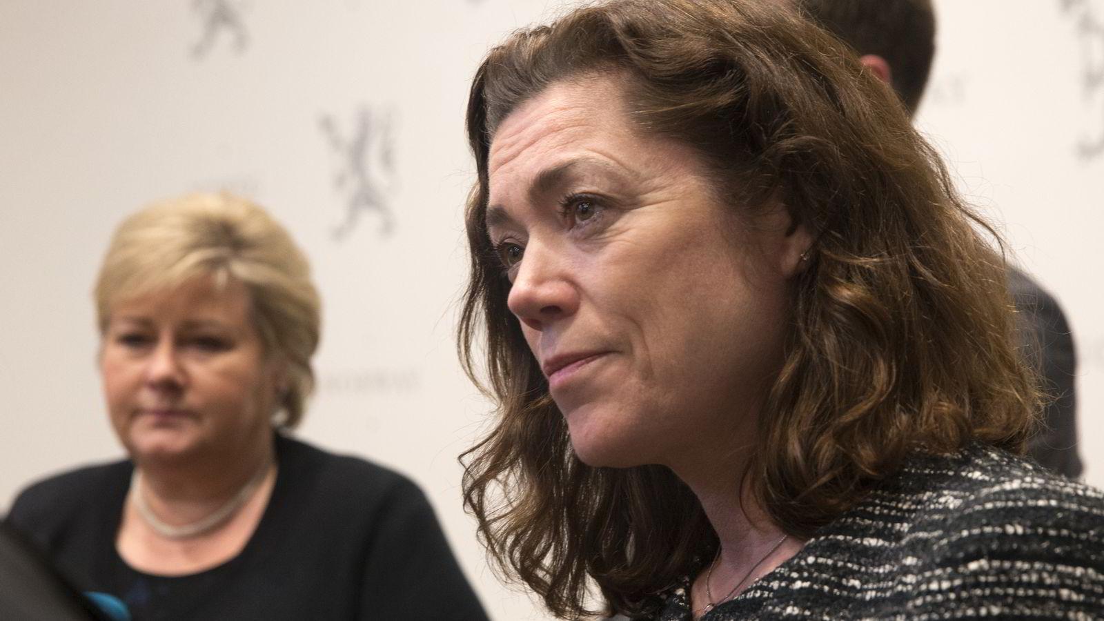NHO-sjef Kristin Skogen Lund (til høyre) ber statsminister Erna Solberg om å utvide permitteringsperioden til opp mot 52 uker. Foto: Terje Bendiksby/