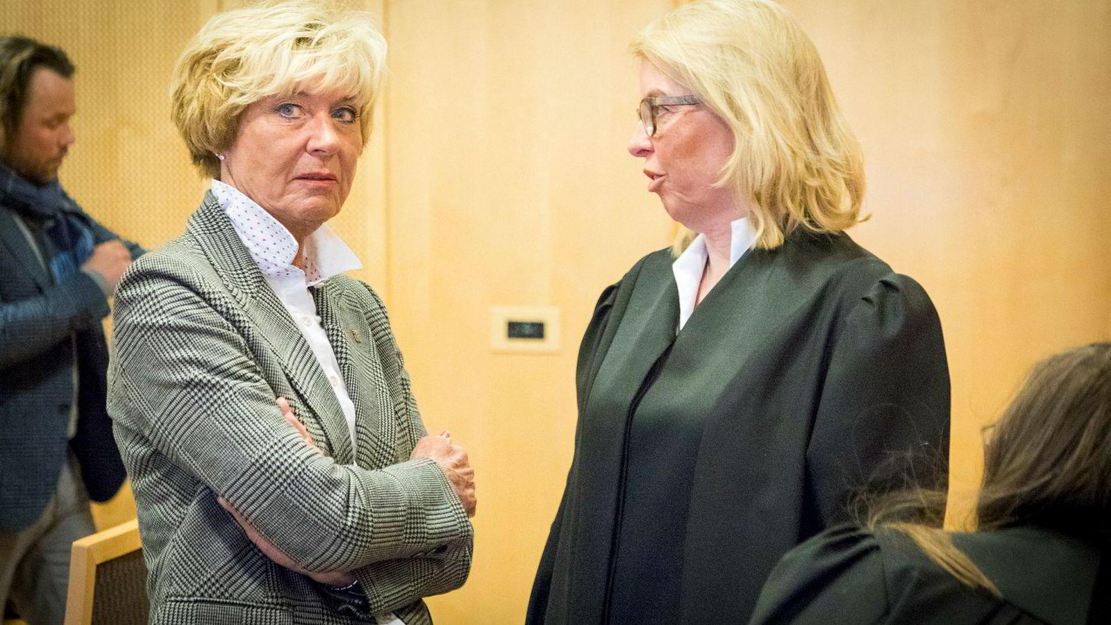 Visekonsernsjef Kari-Anne Haugen (til venstre) i Aschehoug snakker med Thommessen-advokat Siri Teigum, som representerer Gyldendal, under første dag av rettssaken mot Konkurransetilsynet.