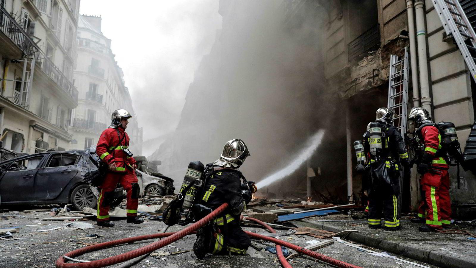 Brannvesen slukker flammer etter en eksplosjon i et bakeri i sentrum av Paris.
