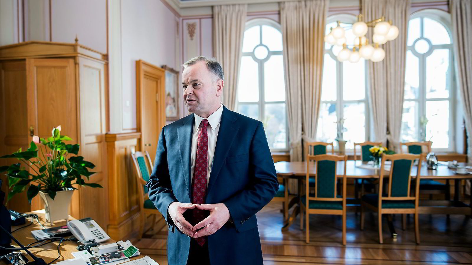 Stortingspresident Olemic Thommessen legger seg «flat som en pannekake» etter at han i et brev til britiske skattemyndigheter påberopte seg statsministerens støtte i krangelen om formuen på Guernsey.