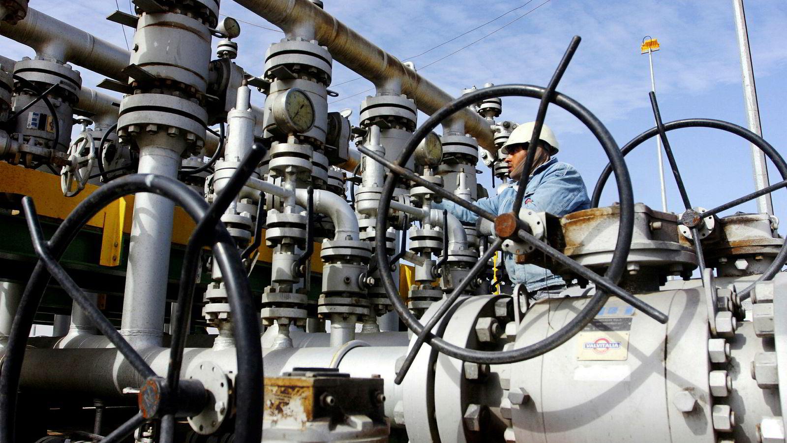 En oljearbeider undersøker ventilene på Al-Sheiba-raffineriet i Basra, Irak, 2016.