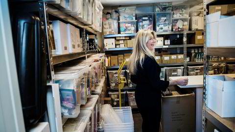 Gründer Annika Bjørling i Elle Basic, i det «hemmelige rommet» hun kaller et lager fullt av vareprøver. Her kan bedriften hente frem ting for å få inspirasjon til nye produkter.