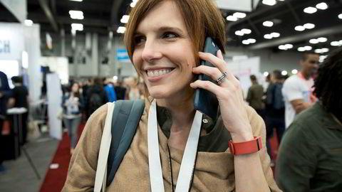 – Jeg lever med denne tingen, sier Sherri Hutter (45) og viser frem sitt godt brukte, røde armbånd fra Fitbit.