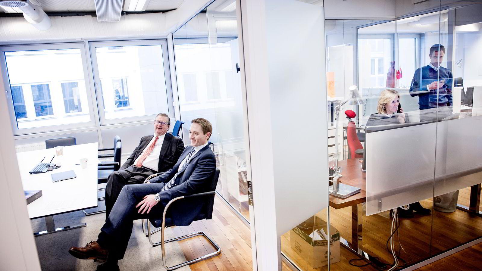 Aage Figenschou (til venstre) er styreleder og Andreas Reklev er finansdirektør i Eitzen Chemical, som nå skifter navn til Team Tankers International. I naborommet forbereder Unni Zetterquist Thorsen og Knut Sørngård til ekstraordinær generalforsamling. Foto: Gorm Gaare