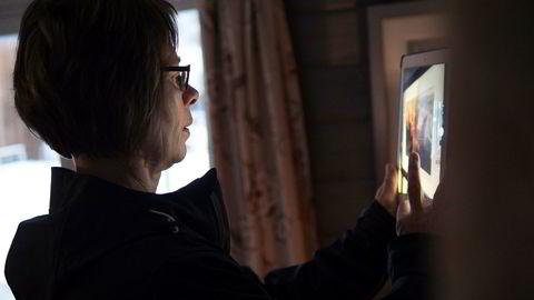 Pensjonert politi-medarbeider Siv Jordet tar bilde for å dokumentere verdier i en bolig. Hun er nå utreder i selskapet X-Pol.