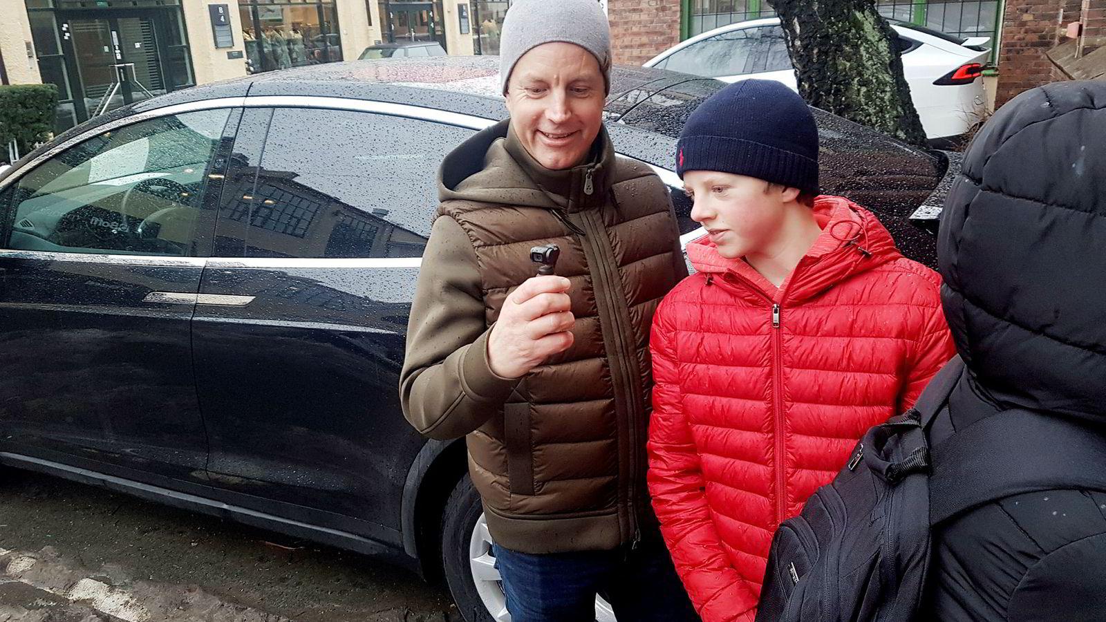 Erik Spade har tatt med sønnen Jakob for å forsøke å få et glimt av Musk.