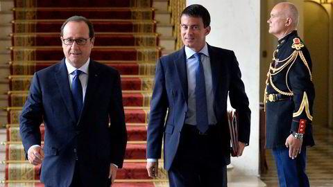 BEVEGER SEG MOT SENTRUM. Frankrikes sosialistpresident François Hollande (til venstre). Her med statsminister Manuel Valls som har satt sammen den nye regjeringen. Foto: Fred Dufour, Reuters/NTB Scanpix