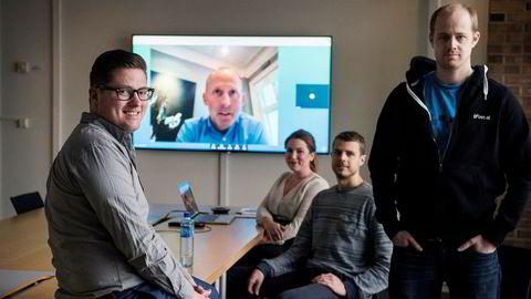 Henry V. Iversen (til venstre) mener det finnes hundrevis av selskaper som har utviklet chatroboter i verden, men at mange ikke leverer det de lover. Her er han avbildet med Camilla Gjetvik, og brødrene Lars Selsås og Hadle Selsås i Boost. På skjermen bak: Johan Gjesdahl i Alliance Venture.