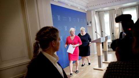 – Jeg mener vi leverer så det holder på de vesentligste områder, svarer finansminister Siv Jensen (til venstre) på kritikken som den blåblå regjeringen får for løftebrudd. Statsminister Erna Solberg til høyre. Foto: