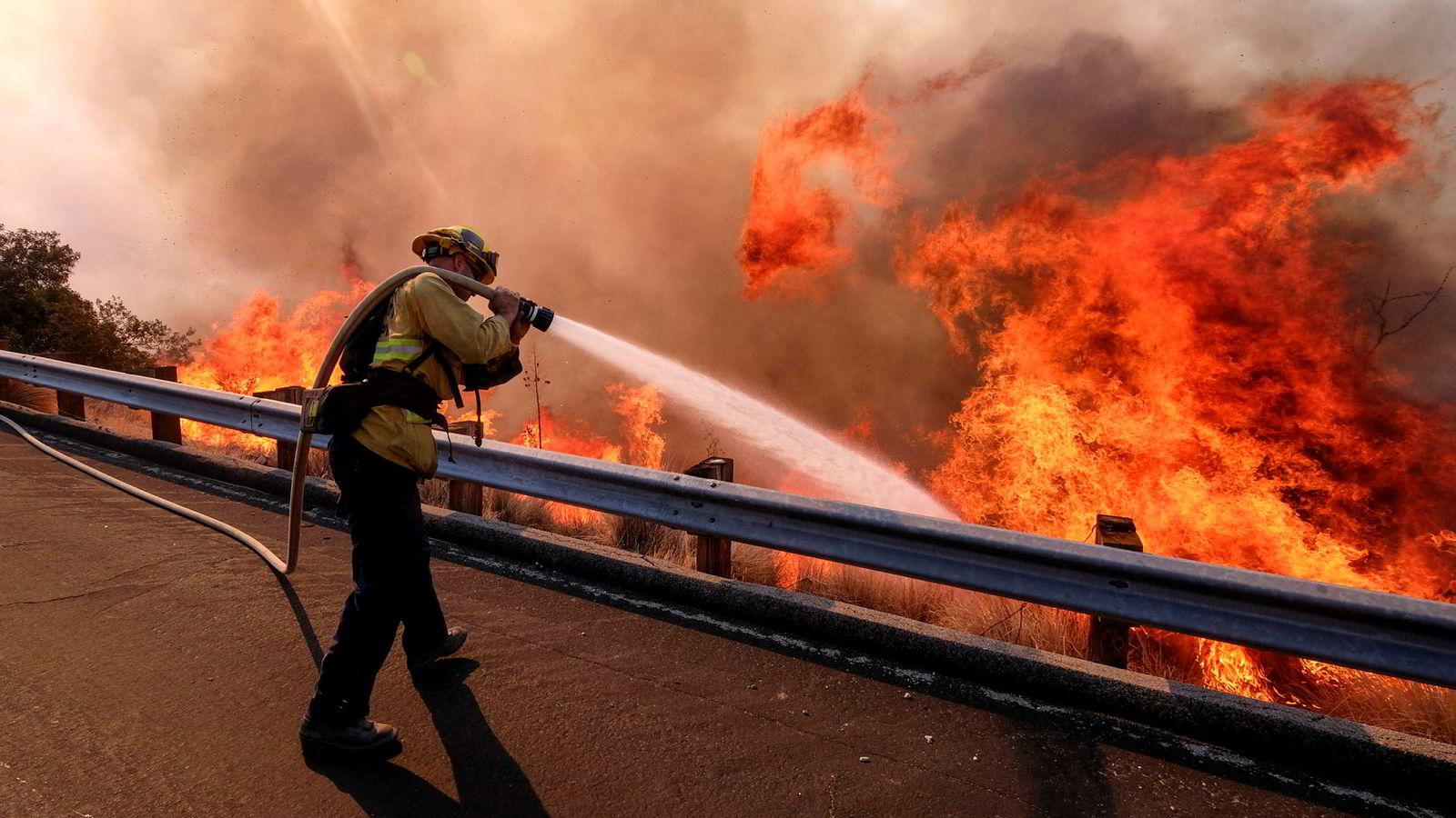 Brannvesenet i California har ikke kontroll på de omfattende brannene som herjer delstaten.