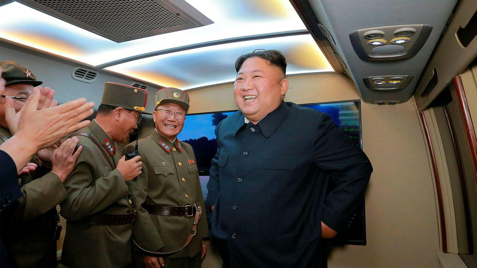 Nord-Korea står bak en rekke hackerangrep mot en rekke land, ifølge FN-rapport. På bildet er landets leder Kim Jung-Un sammen med militære ledere.