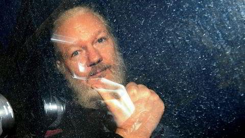 Julian Assange viste tommel-opp til fotografene i det han ankom Westminster Magistrates' Court i London torsdag.