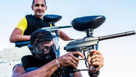 LYKKEJEGERE. Julio Gonzales Luna (50) (foran) og RaidelMarrero Montané (28) driver Cubas første og eneste paintballbane. I 2013 var over 450.000 kubanere selvstendig næringsdrivende eller ansatt i små private bedrifter