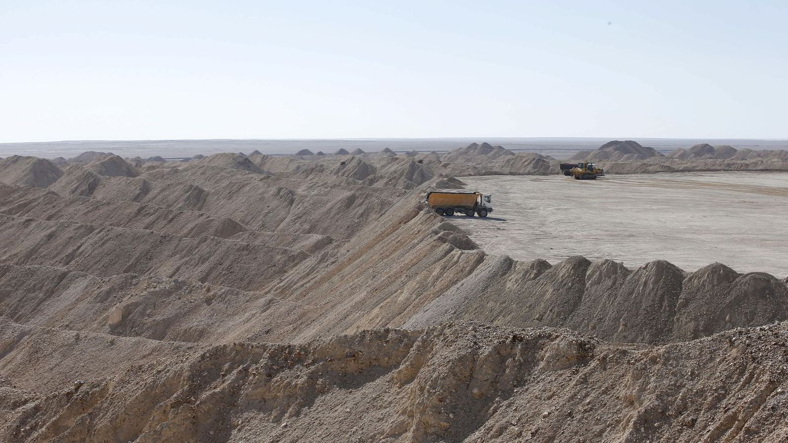 Verdens fosforbruk øker sterkt, mens lagrene tømmes sakte men sikkert. Marokko er verdens desidert største fosforprodusent. Bildet er fra en statlig fosfatgruve 100 kilometer sørvest for byen Laayoune i det omstridte landområdet Vest-Sahara, som Marokko har okkupert siden 1975. Foto: Youssef Boudlal/Reuters/NTB scanpix