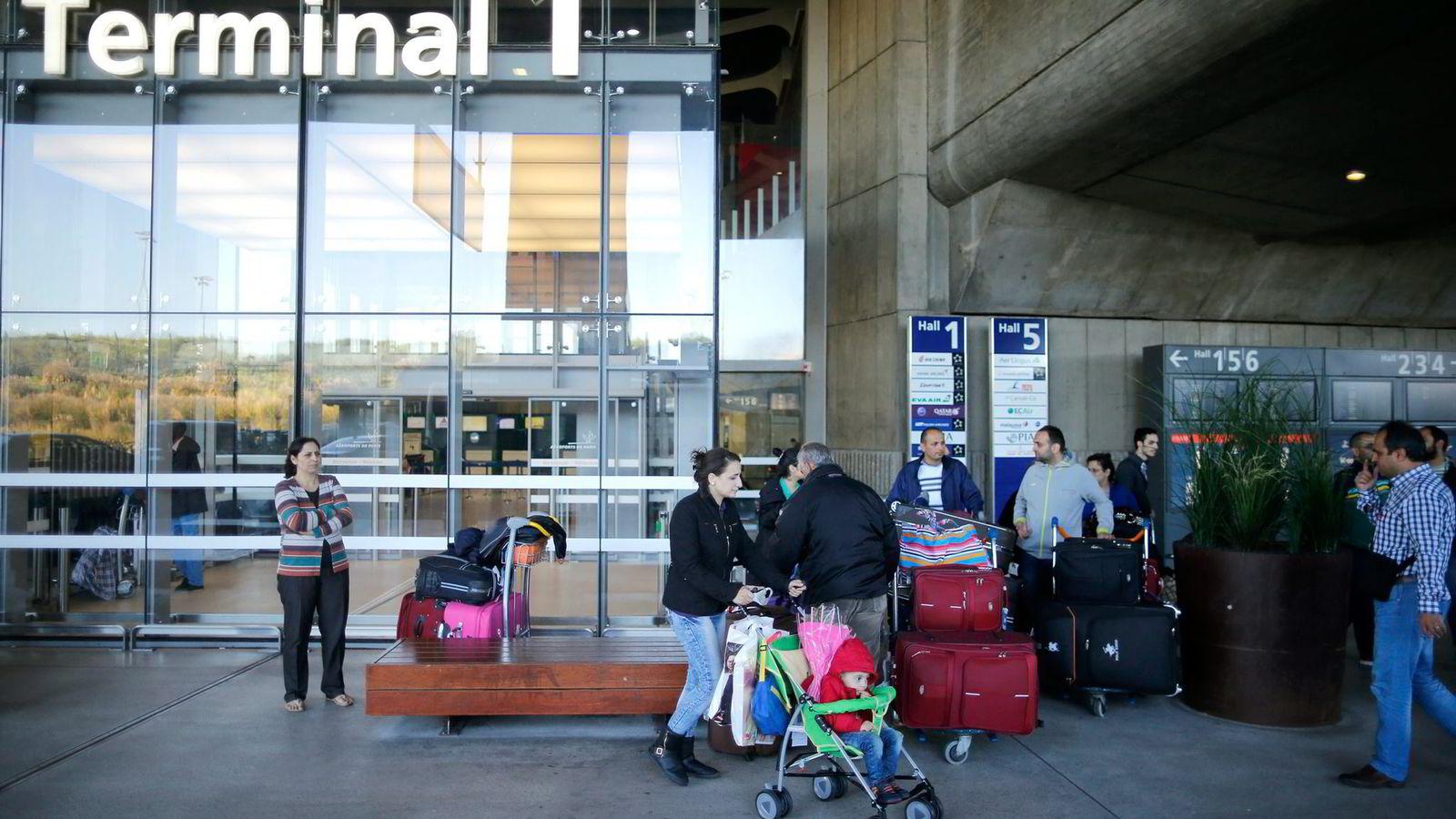Ifølge Clemens viser mikrostudier at det er de rikeste blant fattige husholdninger som har størst tendens til å emigrere til rikere land, skriver artikkelforfatteren. Her har en familie syriske flyktninger ankommet Terminal 1 ved Charles de Gaulle-flyplassen utenfor Paris i Frankrike. Foto: Stephane Mahe, Reuters/NTB Scanpix