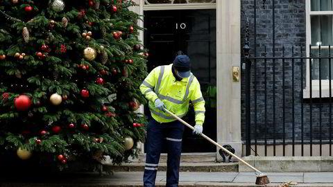 Adventstemning utenfor statsministerboligen i nummer 10 Downing Street i London mandag. Spørsmålet nå er om Theresa May overlever tirsdagens brexitavstemning og får feire jul her.