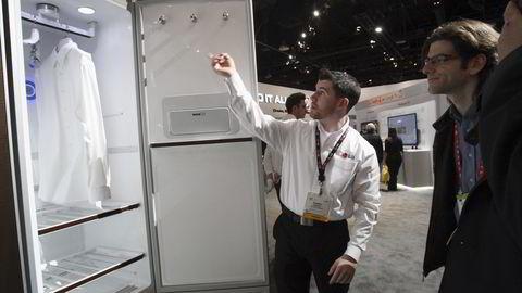 Las Vegas, 5. januar 2016: En LG-ansatt viser frem LG Styler under Consumer Electronics Show (CES). Skapet bruker damp til å rense klær for rynker, støv, pollen og lukt. Foto: NTB Scanpix