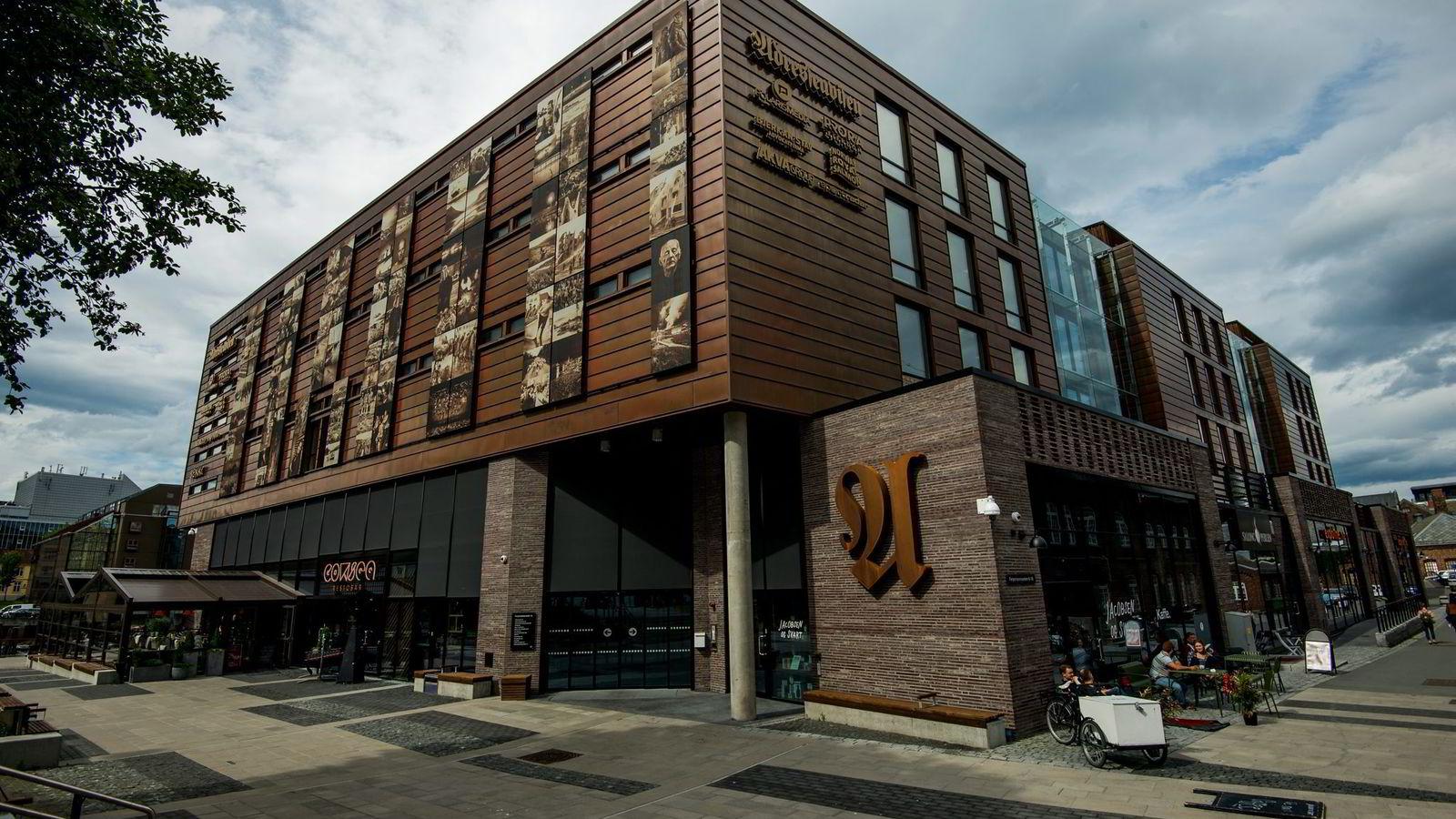 Adresseavisens hovedkontor i Trondheim er ett av prestisjebyggene til Prora-systemet. Nå etterforsker politiet om de reelle verdiene i selskapet kan ha blitt blåst opp.