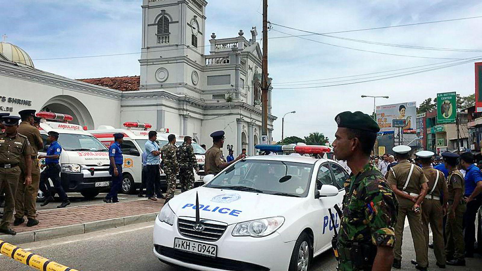Soldater og politi sikrer området rundt St. Anthony's Shrine i Colombo.