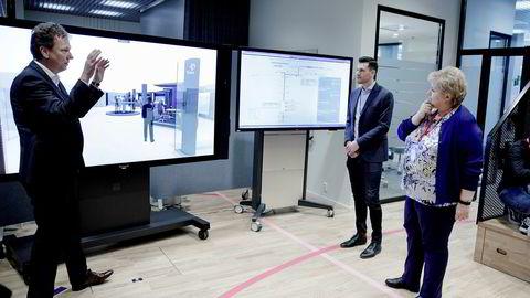Direktør for driftsteknologi Kjetil Hove i Statoil forklarte onsdag selskapets nye driftsstrategi for statsminister Erna Solberg i selskapets Bergen-kontor på Sandsli. I midten står digitaliseringsleder Florian Schucher fra Statoil.