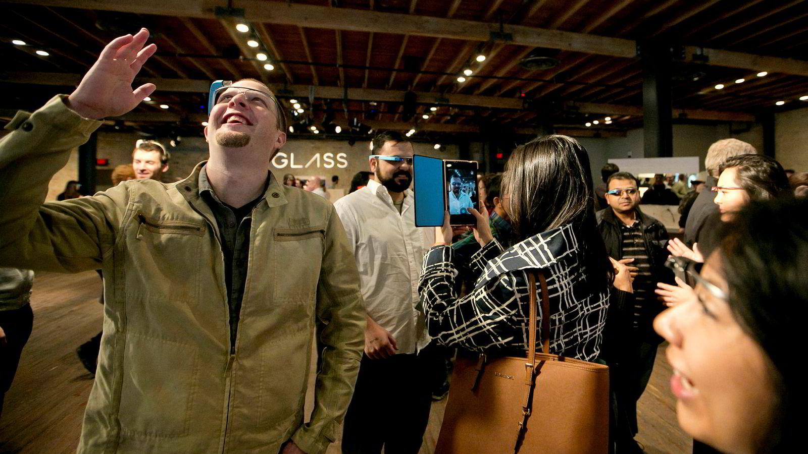 Det neste store innen datateknologi blir utvidet eller blandet virkelighet, og forfatteren spår at Apple kommer til å lansere Apple iGlass i løpet av to år. Google har allerede i flere år utviklet sin brille med innebygget datamaskin, under produktnavnet «Google Glass».