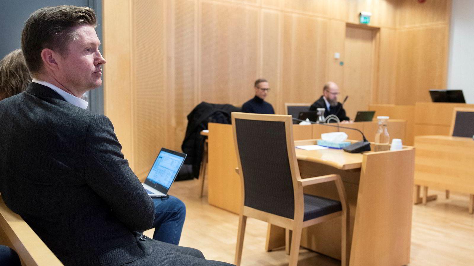 Var Magnus Reitan, til venstre, involvert i konflikten med markedssjefen eller ikke? Det mener saksøker Jan Yngve Holen, i midten.