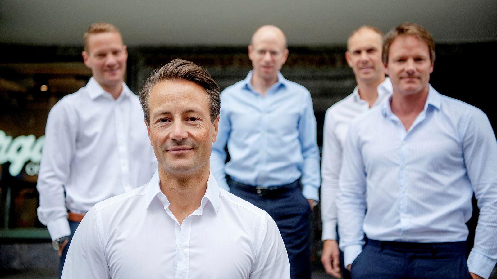 Vatne Capital-teamet. Fra venstre: Investeringsdirektør Tor Vegar Vatne, eier Runar Vatne, finansdirektør Jens Borge Andersen, eiendomsdirektør Helge Rognerud og administrerende direktør Henrik Krefting.