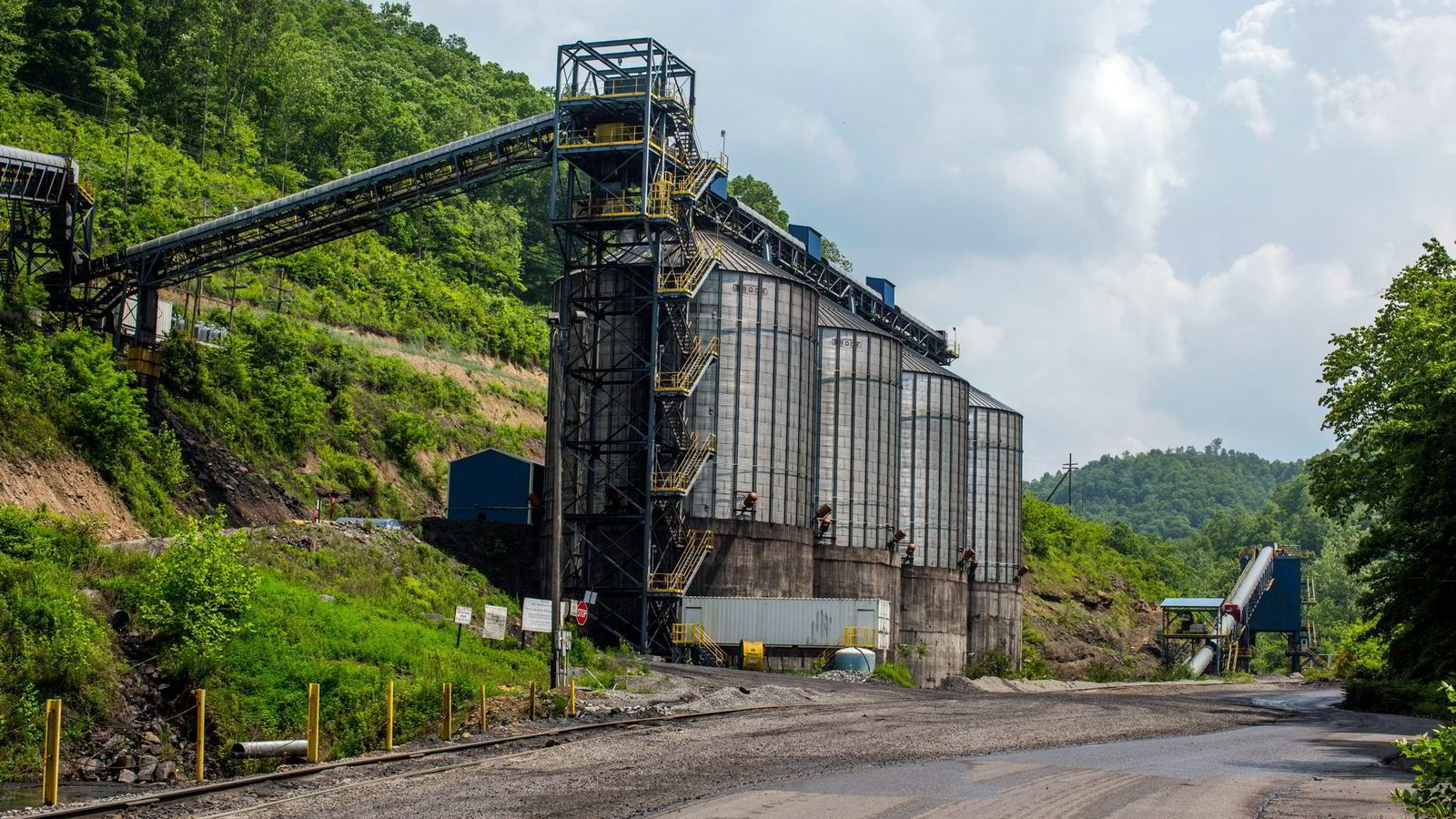 Kullkraftverk som dette utenfor Coalwood i West Virginia kan bli ulønnsomme. USAs største kullselskaper har stupt på børs.