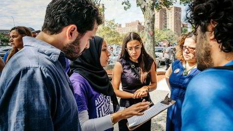 Alexandria Ocasio-Cortez (i midten) vil sannsynligvis få plass i Representantenes hus i Kongressen i Washington, D.C. etter høstens valg. Lørdag startet hun valgkampen hjemme i bydelen Bronx i New York, og våger å tro på seier også i Senatet.