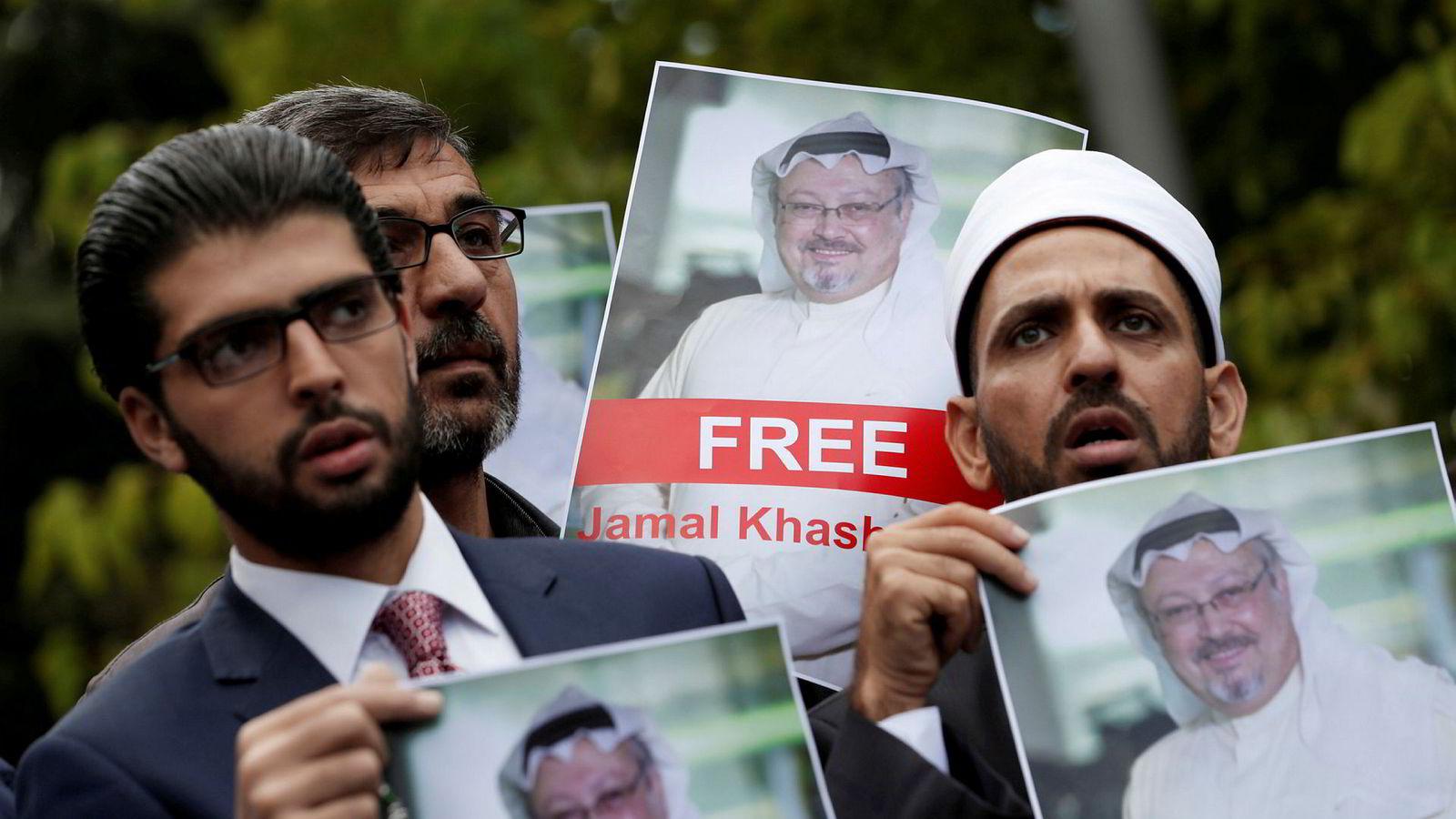 Aktivister og venner av den forsvunne journalisten Jamal Khashoggi demonstrerer utenfor Saudi Arabias konsulat i Istanbul.