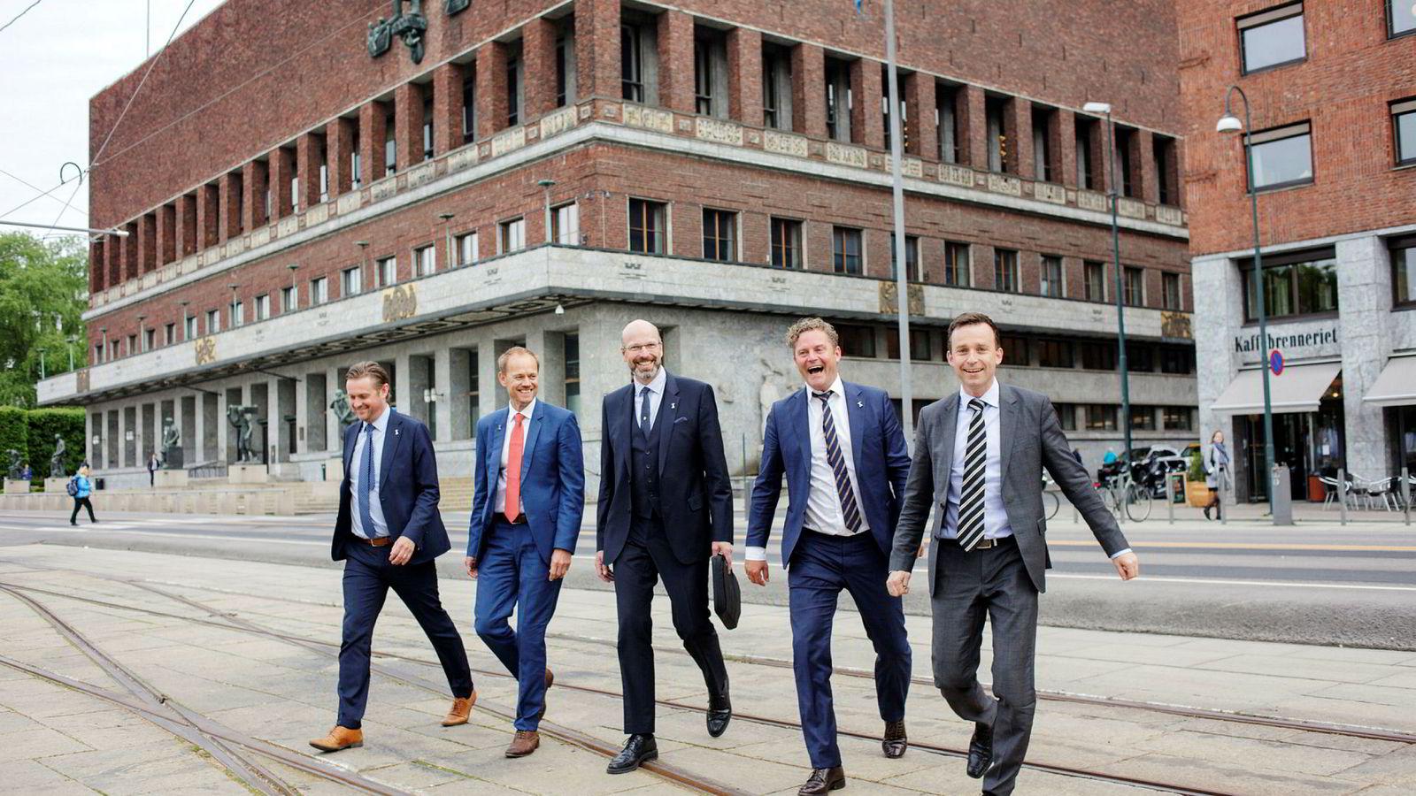 Norvestor selger kjørebokbedriften Abax til et oppkjøpsfond i Bahrain. Fra venstre, Håkon Grønn-Weiss i Abax, Henning Vold i Norvestor, Petter Quinsgaard og Bjørn Erik Helgeland i Abax og Are Stenberg i Norvestor.