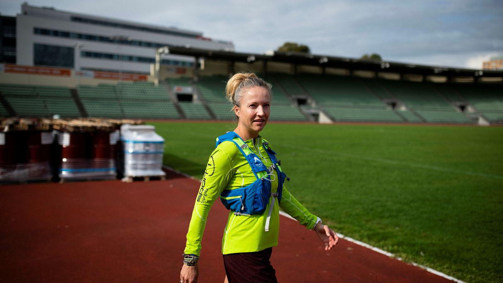 Therese Falk (42) løper gjerne 24-timersløp, og klarer å tolerere smerten: – Jeg sier ofte til meg selv at dersom det hadde vært lett, kunne alle klart det, sier Falk.