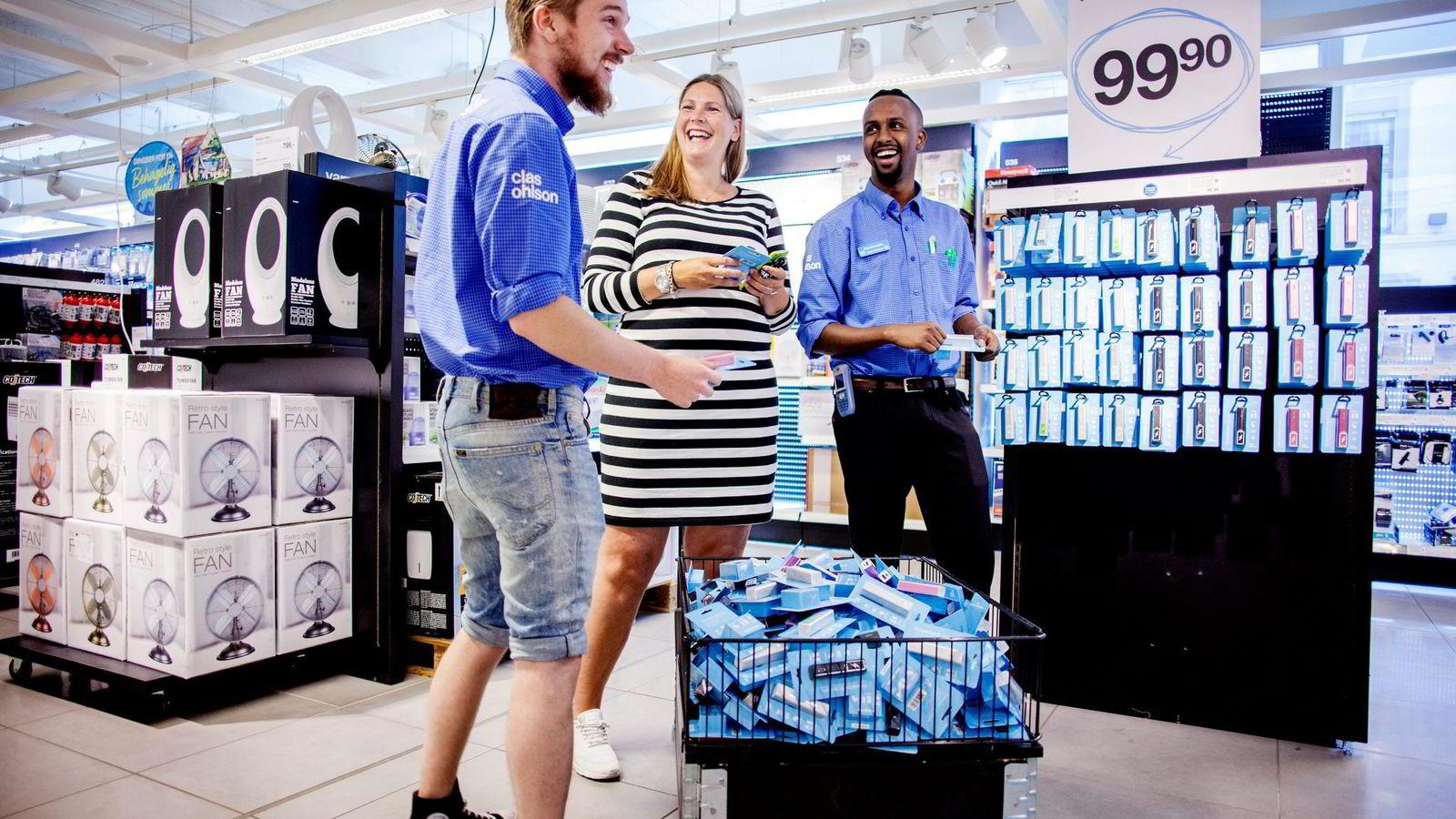 17baa90e Butikkmedarbeiderne Nils Petter Tørnes (til venstre) og Abdimalik Hussein  (til høyre) forteller
