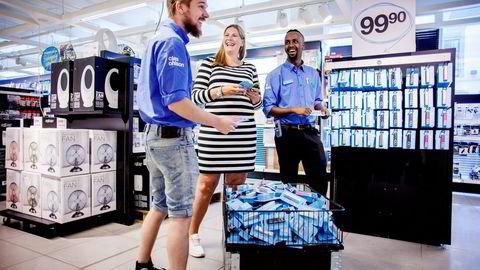 Butikkmedarbeiderne Nils Petter Tørnes (til venstre) og Abdimalik Hussein (til høyre) forteller at de tydelig merker den økte pågangen på nødladere. Her med nettmarkedsføringsansvarlig Ina Kristin Haugen. Foto: